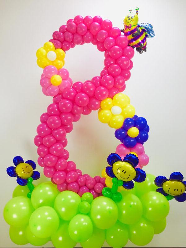 Цифра з повітряних кульок на клумбочками