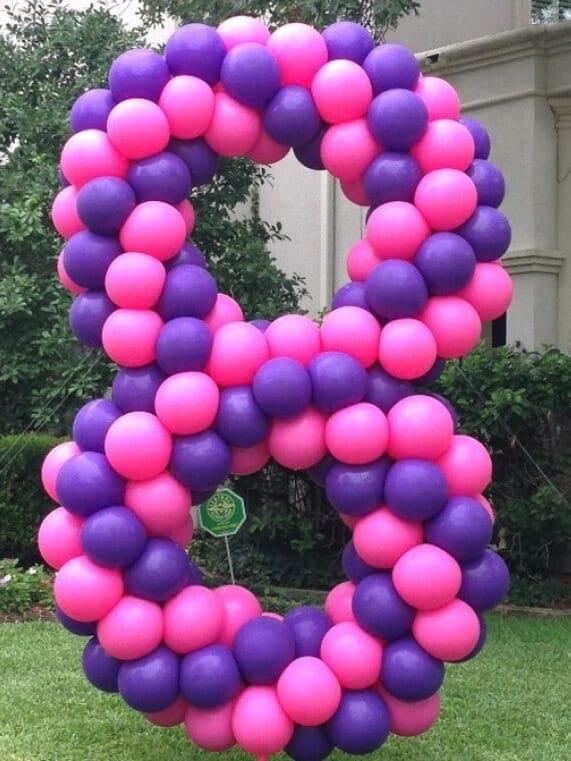 Цифра з повітряних кульок велика