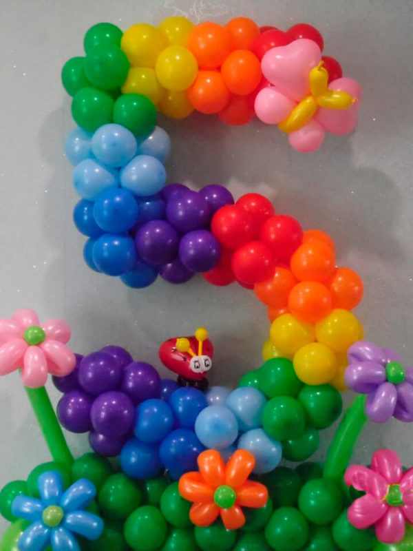 """Цифра з повітряних кульок на клумбочками """"Веселка"""""""