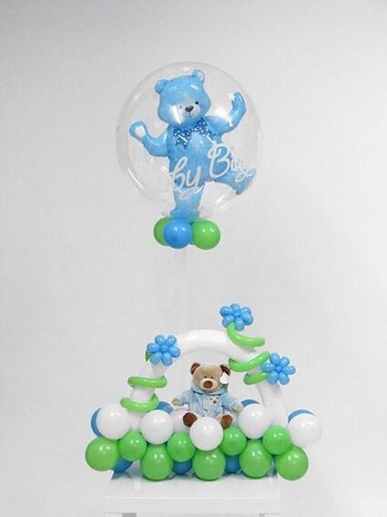 Блакитний ведмедик на клумбочками