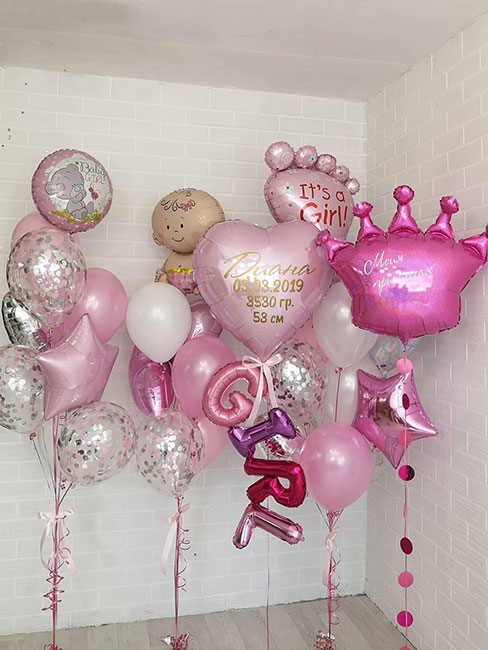 Композиція з повітряних кульок на виписку з пологового будинку для дівчинки «З метрикою»