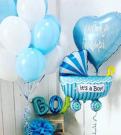 Композиція з повітряних кульок на виписку з пологового будинку для хлопчика «З буквами»